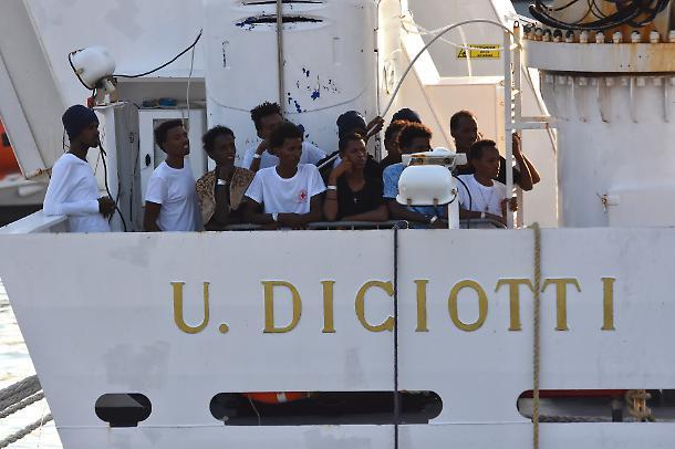 1535267564847.jpg--nave_diciotti__sbarcano_tutti_gli_immigrati_a_bordo__trionfo_di_salvini__dove_li_manda
