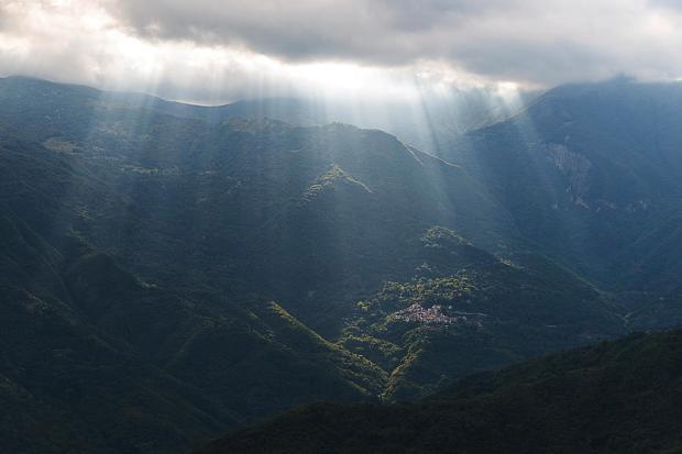 rays-of-light-in-the-clouds-raggi-di-luce-tra-le-nuvole-dellalta-via-dei-monti-liguri-enrico-pelos